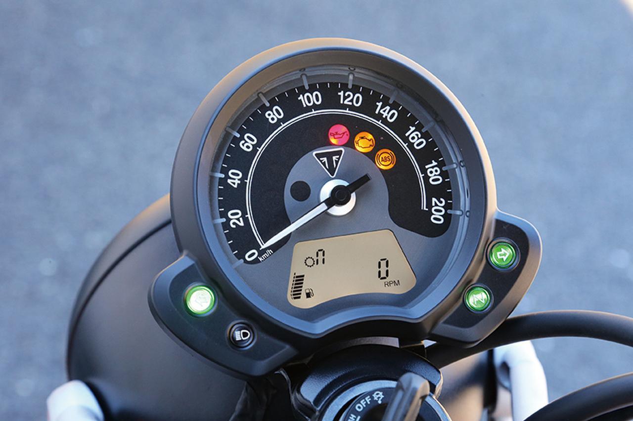 画像: シリーズ共通のシンプルなデザインだが、下部の液晶モニターではデジタルタコメーター表示やトラクションコントロールなどの各種設定など、多彩な機能を備える。