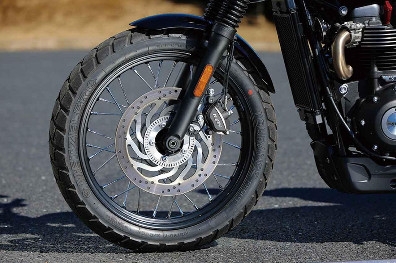 画像: フロントはロングフォークを採用。19インチ化でスクランブラーらしい高い走破性も確保。標準装着されるタイヤはメッツラーのデュアルパーパスタイヤ「TOURANCE」だ。