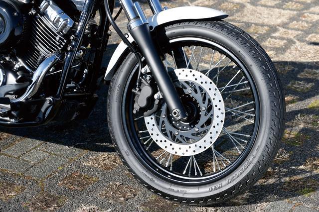 画像: フロントには19インチサイズの細身のスポークホイールに、Φ298㎜のシングルローターと異径2ポットキャリパーを装着。タイヤサイズは100/90だ。