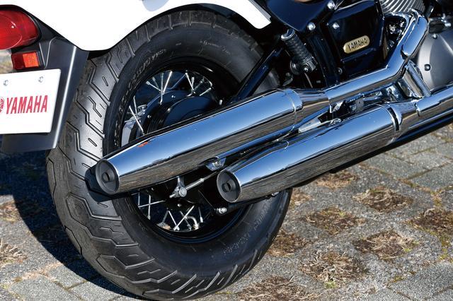 画像: 右側に配置された美しいメッキ仕上げのマフラーはクラシックと共通のもの。リアのスポークホイールは15インチ径で、タイヤサイズは170/80。