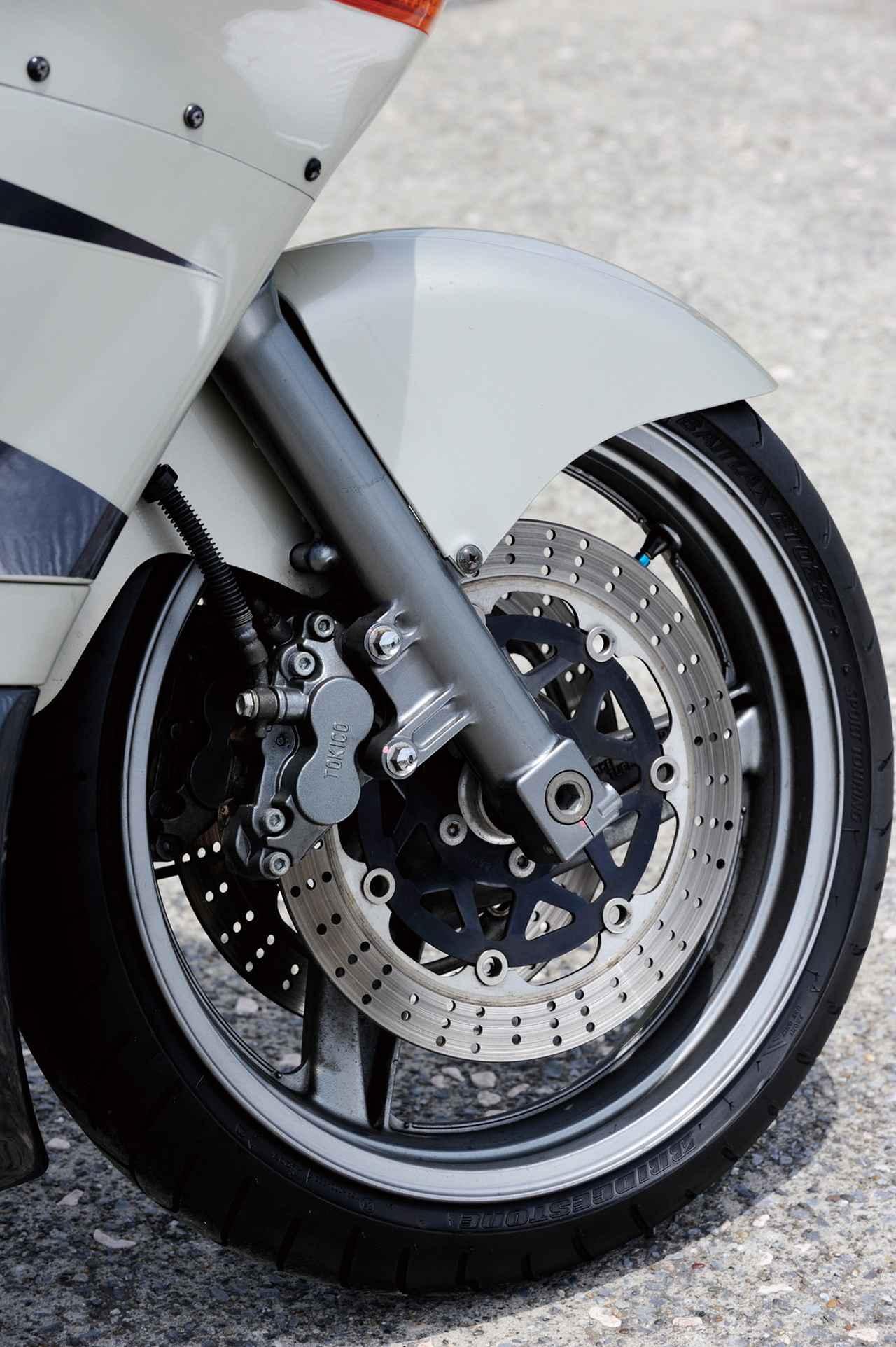 画像: フロントホイール径は17インチ、タイヤサイズは120/60。ブレーキはダブルディスクで、キャリパーはトキコ製の対向4ポットが装着されている。