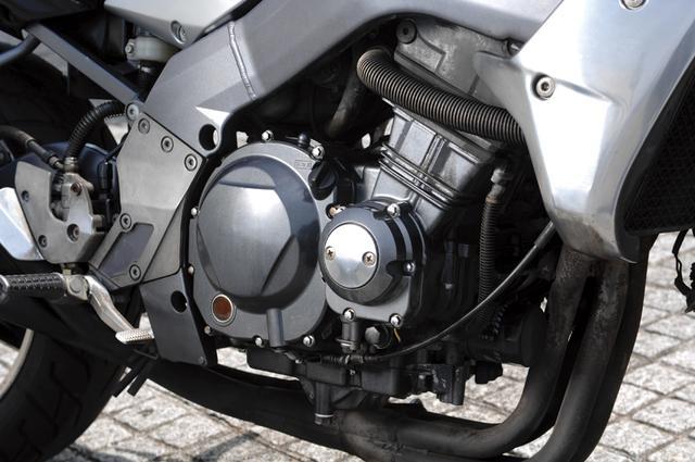 画像: 強烈な加速性能を実現するために、ZXR400用のエンジンをベースに、カムプロフィール、バルブタイミング、ピストン形状などを変更して中低速でのパワーを増強。