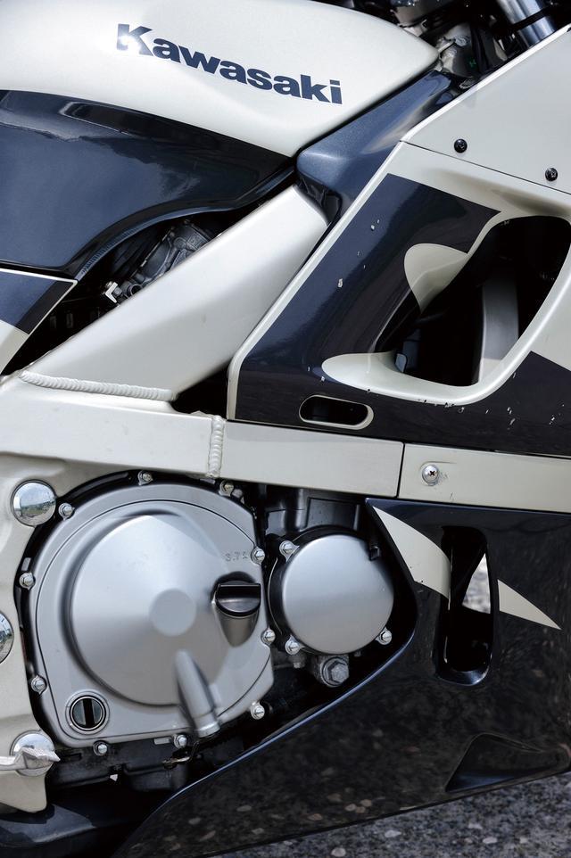 画像: フレームはアルミツインチューブ構造をベースに、エンジンを取り囲むようにクロスパイプが伸びるアルクロスフレーム。エンジンは写真の初期型では最高出力58PS。