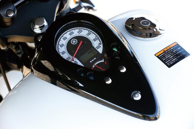 画像: 回転計と速度計の間には、ツーリング時などに便利な燃料計と、何速にギアが入っているかを乗り手に伝える、ギアポジションインジケーターが備わっていた。