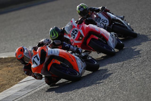 画像: レースはレイ、カレン、田中がずっとトップグループを形成します