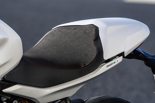 画像: リアシート・カバーはSには標準装備、スタンダードバージョンにはオプション設定されている。シート高は810㎜だが、オプションでハイシート(+20㎜)、ローシート(-20㎜)、スポーツシートが用意されている。