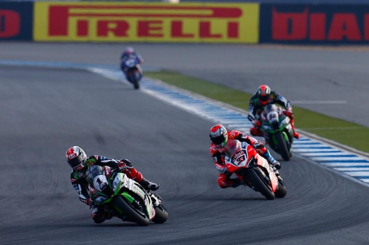 画像: レイ-メランドリ-サイクスの順。ここから最終ラップでサイクスがメランドリをパスします!