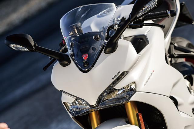 画像: スーパーバイクのパニガーレを彷彿させるフロントマスク。プレキシグラス製のスクリーンは高さを約50㎜調整でき、高速走行時には適切な風防効果を発揮。ツーリングユースにも対応したモデルであることがよく分かる。