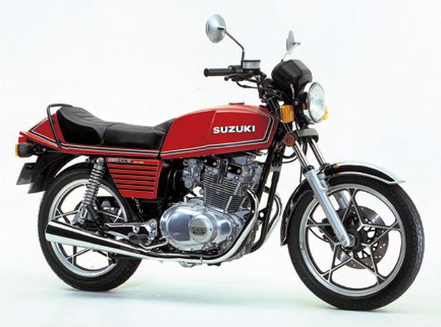 画像: SUZUKI GSX400E(1980年) 高い燃焼効率を実現したTSCCヘッド採用のツインカムエンジンと、アンチノーズダイブフォーク(ANDF)機構により、4気筒のライバル車と互角の走りを見せたスズキのエキサイティング・ツイン。 ●エンジン形式:空冷4ストDOHC4バルブ並列2気筒●総排気量:399㏄●最高出力:44PS/9500rpm●最大トルク:3.7㎏-m/8000rpm●乾燥重量:171.3㎏●タイヤサイズ(前・後):3.00-18・3.50-18 ■価格:34万5000円