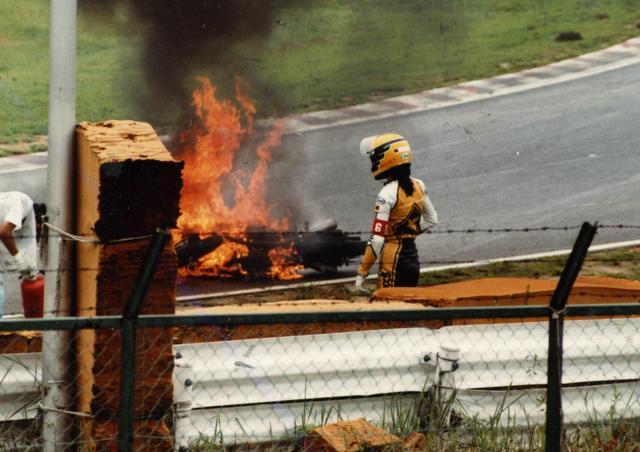 画像: 鈴鹿の第1コーナー。決勝2ラップ目で水とオイルに乗ったリアタイヤが瞬時にスライドし、路面に叩きつけられたマシンはコース上で炎上する。マシンを前に呆然と立ち尽くすのは堀ひろ子さん。