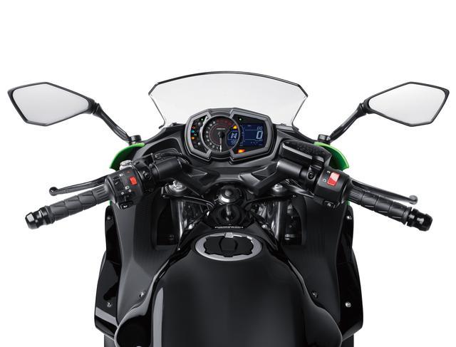 画像: グリップが高めのセパレートハンドルにより、Ninja 650のライディングポジションは上体がリラックスしたアップライトな設定。幅広い層のライダーにフィットするポジションを追求し、コントロールしやすく、自然で快適な乗車姿勢としている。