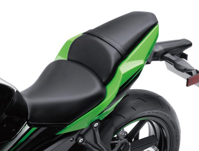 画像: スリムでスポーティなシートは着座位置を前寄りにし、足つき性を向上する工夫がされている。