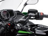 画像: トップブリッジにスポーティなセパレートハンドルを装着。アップライトなポジションもニンジャ650の特徴。高い快適性と、スポーティなライディングポジションもとることができる優れた操作性を両立している。