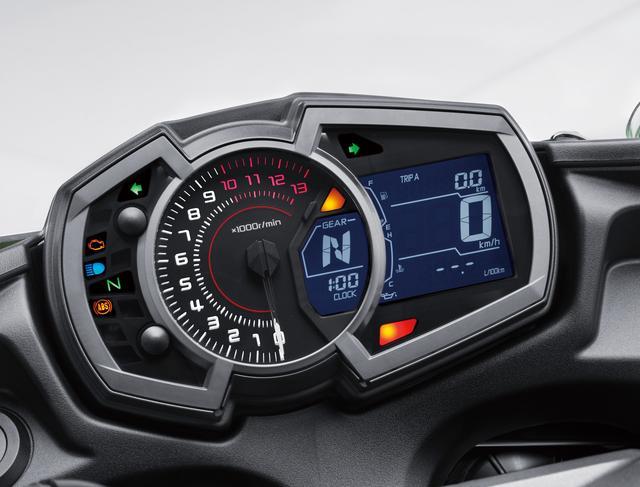 画像: 新設計のメーターパネルはアナログタコメーターを中央に、左側にワーニングランプ、右側にギヤポジションインジケーター、シフトアップインジケーター、多機能液晶スクリーンを配し、洗練されたデザインだ。