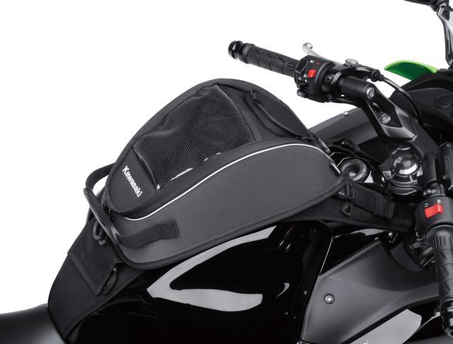 画像: 小物の収納に便利なタンクバッグ(容量:4L、最大積載量:2.0kg)はショルダーストラップとキャリーハンドル付き。バイクを降りてからの使用にも適したデザイン。
