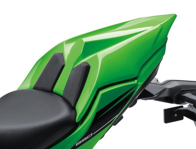 画像: レーシーなイメージを強調するシングルシートカバー。デザインがよりアグレッシブになったNinja650にはピッタリのアイテムだ。