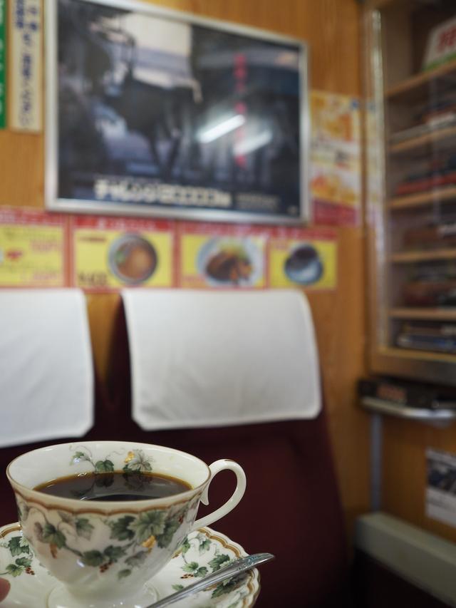 画像: コーヒーもあります(300円)。チャレンジ20000kmの車内広告を見ながら頂くコーヒーは格別です。