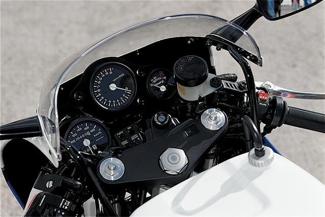 画像: タコメーターの右側に水温計を一体化したものの左に、独立して取り外せるようになっているスピードメーターを装着。サーキット走行を想定したユニークなデザインだ。