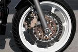 画像: フロントフォークはプリロード調整機構付きのインナーチューブ径φ41㎜の正立タイプで、フロントブレーキには異径対向4ポッドキャリパーが装着されている。