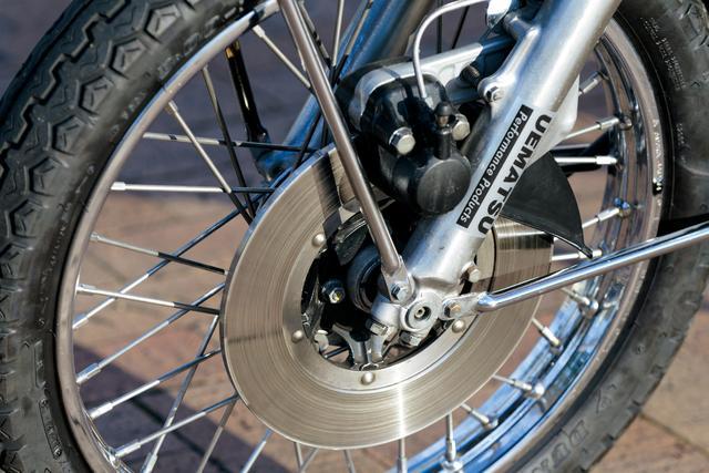 画像: 有効径214㎜のフロントディスクブレーキを採用。このキャリパーのパッドと、リアブレーキのライニングの残量は、ともに外部から目視できる設計になっている。