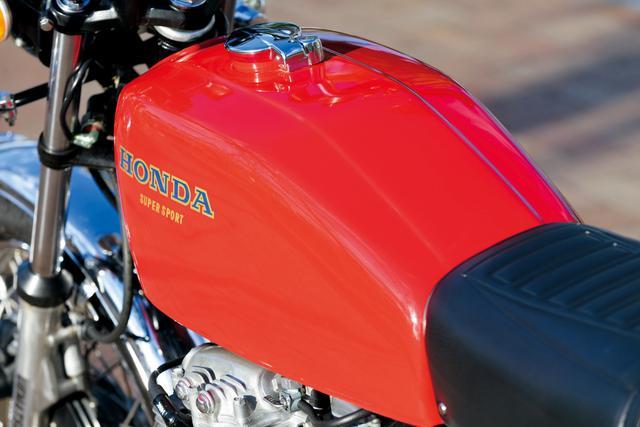 画像: 408㏄時代は燃料タンクのカラーリングに赤と青が採用されていたが、398㏄版では青に代わり黄色が登場している。なお燃料タンクの仕様も、408㏄版から変わっている。