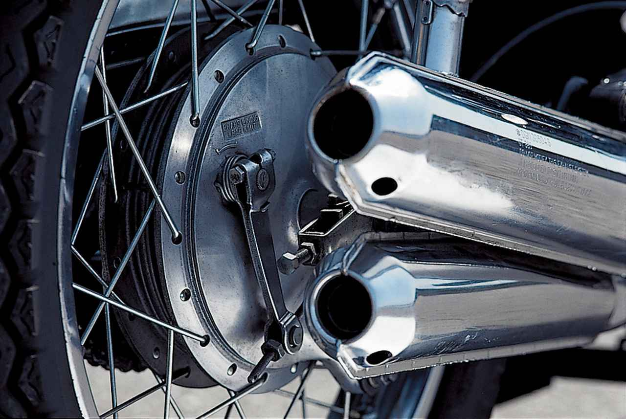 画像: リアのドラム式ブレーキは、有効径180㎜。なおGT380は最終型(1978年)B-7まで、フロントに1.60x19、リアに1.85x18のリムサイズを採用していた。