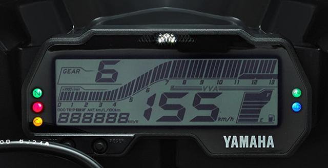画像: 分かりやすいレイアウトの多機能なデジタルスピードメーター。シフトタイミングライトも装備。