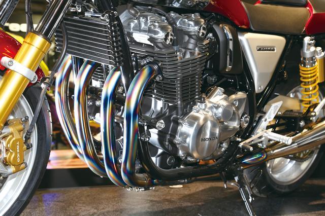 画像: 焼け色が美しいチタンのフルエキゾーストはモリワキ製。工芸品のような機能美を誇る、CB1100RSの空冷4気筒エンジンが持つ存在感を引き立たせている。