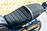 画像: ポリエステルながら、天然皮革のような手触りのある東レの「ウルトラスエード」を使用したシート。シートエンドにXSR専用ロゴあり。
