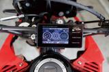 画像: 3インチモニターは輝度も高く、日中でもクッキリと見える。スピーカーも備えているが、オートバイでの走行中は聞き取りにくいので、付属のヘルメット用スピーカーまたはブルートゥースインカムとの組み合わせを推奨する。