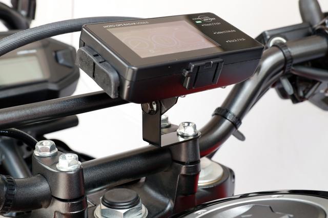 画像: バックミラーの取り付けネジ部やハンドルバーのクランプ部に装着するバイク用ステーは1512円で、ダッシュボードに貼るクルマ用ステーも同価格。シガライターソケットに挿す電源コードは2268円。(いずれも税込み)