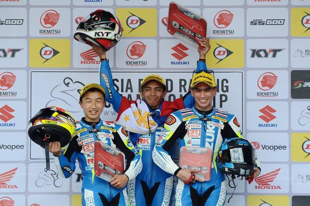 画像: レース2の表彰台 テツ(写真左)、まずはこの真ん中に立つんだぞ!^^