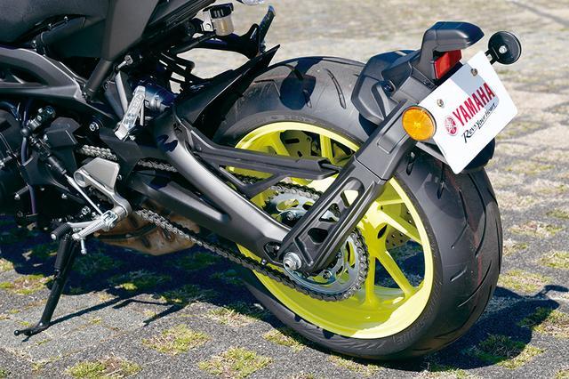 画像: ナンバーステーがサイクルフェンダー側に移ってテール周りはスッキリした印象に。テールランプはデザインを一新している。