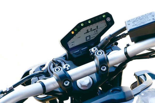 画像: デジタルバー式のタコメーターの下には、スピードのほか、平均燃費、水温、気温、表示などを表示。ギアポジション表示は左隅に配置。