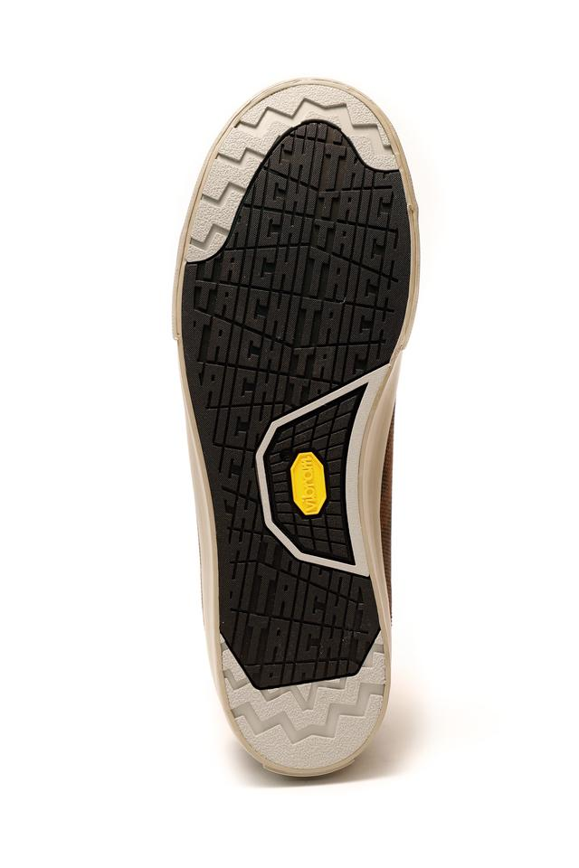 画像: ソールはビブラム社と共同開発したもの。足首の上まで覆うフォルムで転倒時の保護性能も担保している。
