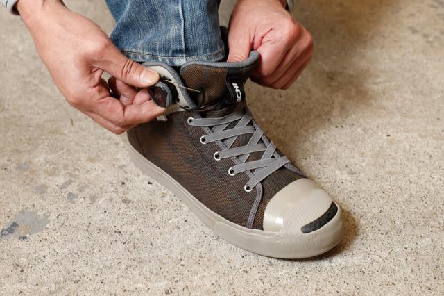 画像: ダイヤルを締め込むとワイヤーが巻き込まれて好みのフィット感に調整できる。ダイヤルを引くと一気にテンションが抜けるので脱ぐ時もストレスなし。