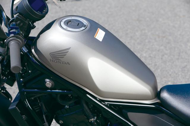 画像: コンパクトなデザインの燃料タンク容量は2.9ガロン=約11ℓ。フロントアップの個性的なデザインで、新しいクルーザーを印象づける。