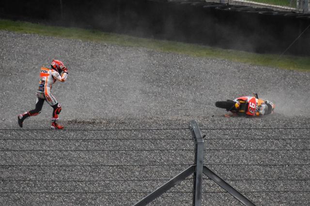 画像: マルケスの悪いクセが出ちゃった!? プッシュしすぎて転倒、という感じではなかったかな