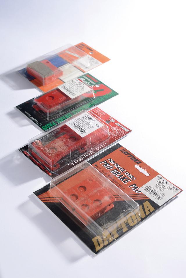 画像: 1984年の登場以来、成分やパッケージを変更しながらも「減速するフィーリング」に重きを置くコンセプトで、多くのライダーに愛され続けている「赤パッド」。多くのメーカーから新製品が多数登場した現在でも、販売は好調というから驚きだ。