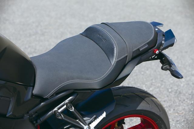 画像: ライダー着座位置に低反発ウレタンを内蔵したコンフォートシート。表皮もスウェード調で、取り付けるだけでグッと高級感!