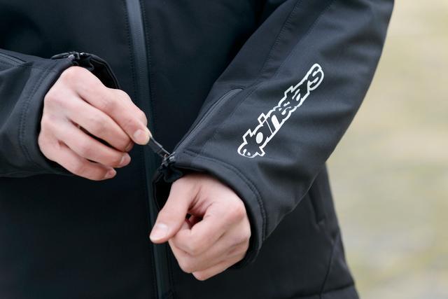 画像: 袖口にも止水ファスナーを用いて、撥水性を向上。袖と背面のロゴはリフレクターとして機能する。 インナーのパーカーは積極的に単品づかいしたくなるデザイン性の高さだ。