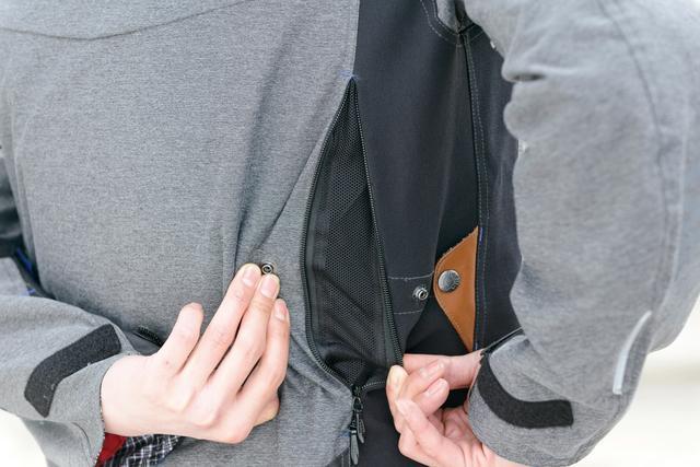 画像: 袖口と背中脇には風を取り入れるエアダクトを装備しており、暑さに対応。両袖と肩に配されたロゴがリフレクターの役目も果たしており、夜間の視認性向上を担っている。