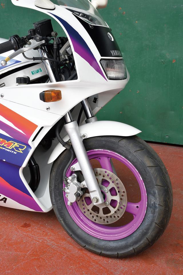 画像: TZM50R用に設計された、インナーチューブ径φ30㎜の正立フロントフォークは動作性に優れたもの。ブレーキは片押し2ポットキャリパーが装備されている。