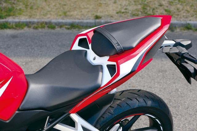 画像: シートは前端を絞り込み、足つき性を向上させている。座面は広めでスポーツライディング時の体重移動がしやすい形状。