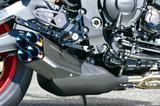 画像: マフラーはヤマハ純正マフラーメーカー「サクラ工業」のプラナス製プロトタイプ。サイレンサーに4本のテールパイプが覗くスタイルで、MT–07=2気筒だから2本テール、MT–09=3気筒だから3本テールとシリーズ化している。