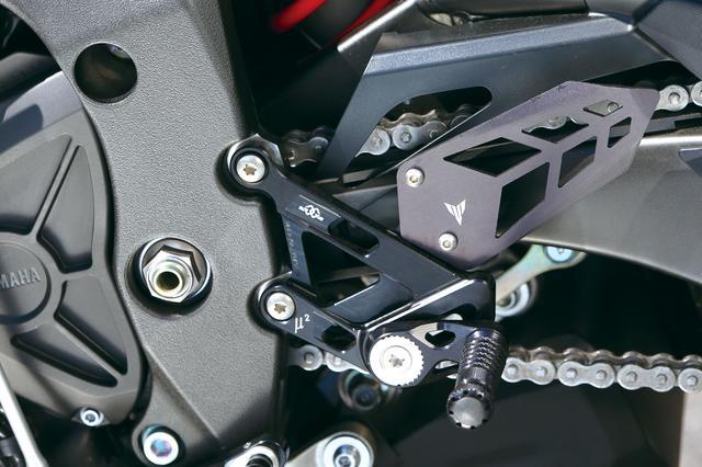 画像: ブレーキ&シフトペダルが20ポジションに調整できるバックステップ。クランクケース左右にアルミ削り出しのプロテクターも発売。