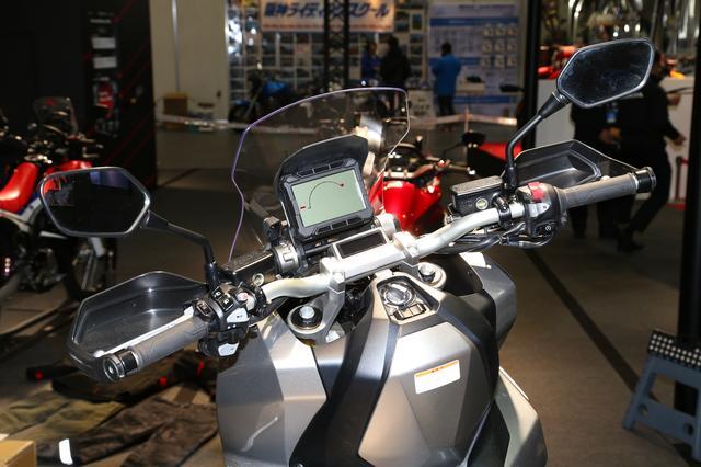 画像: Hondaスマートキーシステムを採用し、操作性の向上と、盗難防止機構としてメインスイッチノブクラッチを採用し無理な力でのハンドルロック解除を防ぎ、さらに盗難抑止効果の高いイモビライザー機構を標準装備。スマートキーには他の人によるメインスイッチの操作を防ぐスマート機能のON/OFFスイッチと、車両のウインカーが点滅して自車の位置を知らせるアンサーバックスイッチを装備。