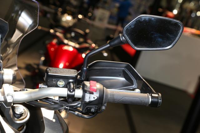画像: フロントブレーキには、制動フィーリングに優れたラジアルマウント4ポットブレーキキャリパーとダブルディスクを装備。ABSは標準装備で、グリップヒーターも標準装備している。
