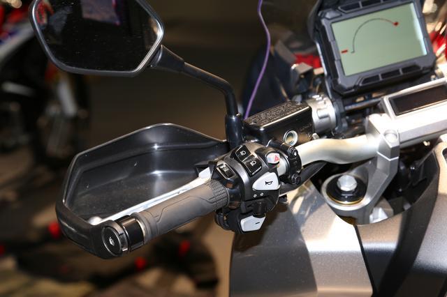 画像: ウインドスクリーン後部に配置したスピードメーターは、限られた表示スペースにより多くの情報を表示させるためスクエア形状を採用。インジケーターはハンドル中央部に備える別体式とすることで、ラリーレーサーを彷彿させるスピードメーター周りを実現している。