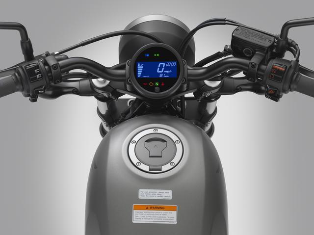 画像: シンプルなφ100mmの小型LCDメーターを採用。ブラックの背景に、ブルーのバックライトでシンプルな表示となっている。